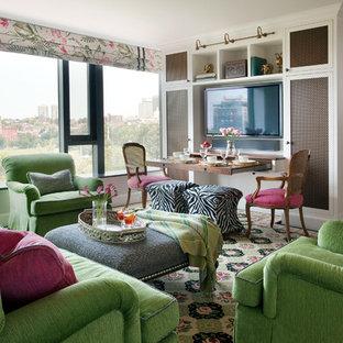 Diseño de salón abierto, clásico, pequeño, con televisor colgado en la pared, paredes grises y suelo de madera oscura