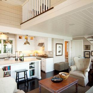 Esempio di un piccolo soggiorno costiero aperto con pareti beige, sala formale, parquet scuro, nessun camino, nessuna TV e pavimento marrone