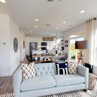Idee per un grande soggiorno american style aperto con pareti bianche, pavimento in linoleum, TV autoportante, pavimento grigio e nessun camino