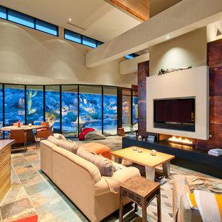 Exempel på ett stort amerikanskt allrum med öppen planlösning, med en dubbelsidig öppen spis, en väggmonterad TV och klinkergolv i porslin