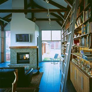 Moderne Bibliothek mit Kaminsims aus Stein in Kansas City