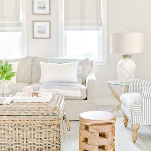 Foto de salón abierto, marinero, pequeño, con paredes beige, suelo de madera clara y suelo beige