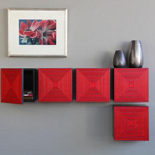 フェニックスの中サイズのコンテンポラリースタイルのおしゃれなリビングロフト (赤い壁) の写真