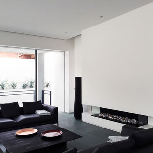 Idee per un soggiorno design con sala formale, pareti bianche, pavimento in ardesia, camino lineare Ribbon, cornice del camino in metallo e pavimento verde