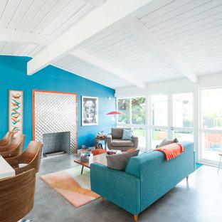 ロサンゼルスのミッドセンチュリースタイルのおしゃれなLDK (青い壁、標準型暖炉、金属の暖炉まわり、グレーの床) の写真