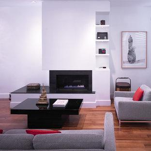 На фото: гостиная комната в стиле модернизм