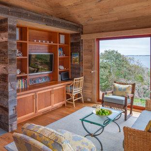 Diseño de salón para visitas abierto, rústico, sin chimenea, con paredes marrones, suelo de madera clara y televisor colgado en la pared