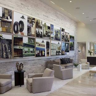 Ispirazione per un soggiorno moderno con pareti bianche, pavimento in pietra calcarea e angolo bar