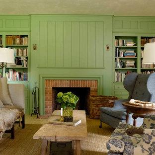Foto di un soggiorno country chiuso con libreria, pareti verdi, parquet chiaro, camino classico, cornice del camino in mattoni e nessuna TV