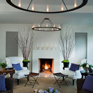 Idee per un grande soggiorno tradizionale chiuso con pareti bianche, camino classico, nessuna TV, moquette, cornice del camino in intonaco e pavimento marrone