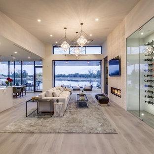 Foto di un soggiorno minimal di medie dimensioni con parquet chiaro, pareti beige, camino lineare Ribbon e pavimento grigio