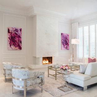 Großes, Repräsentatives, Offenes Modernes Wohnzimmer mit weißer Wandfarbe, Travertin, Gaskamin und Kaminumrandung aus Stein in Miami