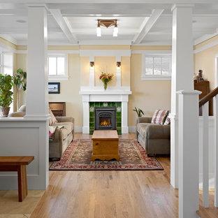 Diseño de salón de estilo americano, de tamaño medio, con paredes amarillas y suelo de madera clara