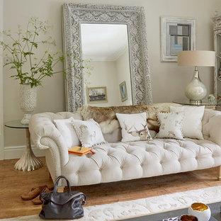 Esempio di un soggiorno con pareti beige, parquet chiaro, nessun camino e nessuna TV