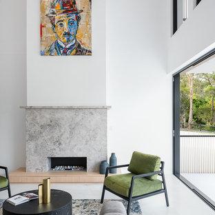 ブリスベンの大きいコンテンポラリースタイルのおしゃれなLDK (フォーマル、白い壁、大理石の床、標準型暖炉、石材の暖炉まわり、テレビなし、白い床) の写真