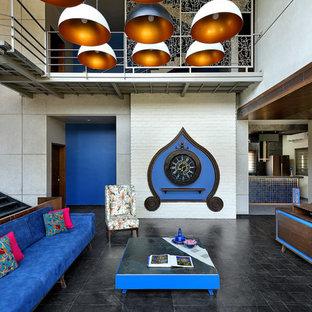 Esempio di un soggiorno etnico aperto con sala formale, pareti bianche e pavimento nero