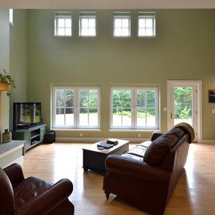 Ispirazione per un soggiorno country stile loft con pareti verdi, parquet chiaro, camino bifacciale, cornice del camino piastrellata e porta TV ad angolo