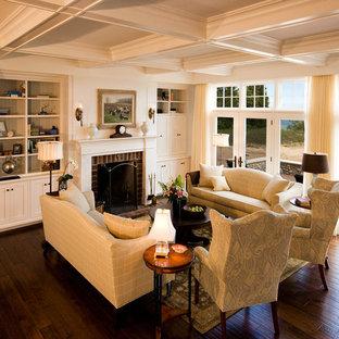 Imagen de salón para visitas abierto, tradicional, grande, sin televisor, con marco de chimenea de ladrillo, paredes beige, suelo de madera en tonos medios, chimenea tradicional y suelo marrón