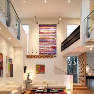 Ispirazione per un soggiorno design aperto con pareti bianche e pavimento in bambù