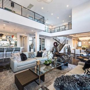 Foto di un grande soggiorno contemporaneo aperto con pavimento nero, pareti grigie, camino lineare Ribbon e TV a parete