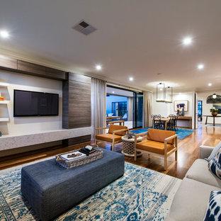 Offenes Modernes Wohnzimmer mit braunem Holzboden und Wand-TV in Perth