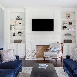 ジャクソンビルの中サイズのトランジショナルスタイルのおしゃれな独立型リビング (ライブラリー、白い壁、濃色無垢フローリング、標準型暖炉、木材の暖炉まわり、壁掛け型テレビ、白い床) の写真