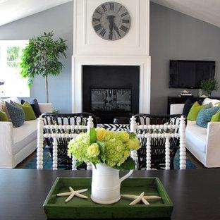 Inspiration för ett maritimt vardagsrum, med grå väggar