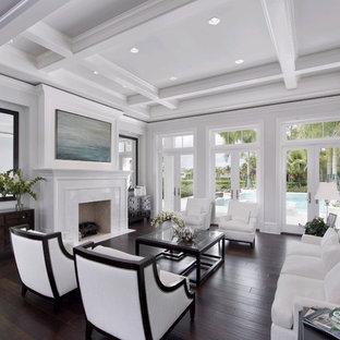 Foto de salón clásico renovado con paredes blancas