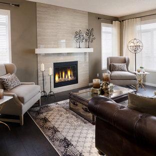 Modernes Wohnzimmer mit gefliester Kaminumrandung und schwarzem Boden in Calgary