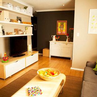Ispirazione per un piccolo soggiorno boho chic con pavimento in bambù