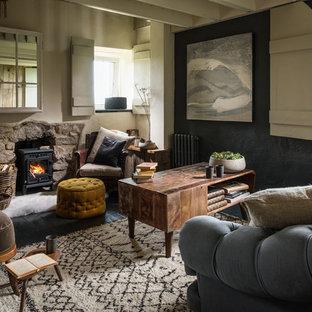 Idee per un soggiorno country chiuso con pareti multicolore, pavimento in legno verniciato e stufa a legna