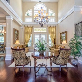 Idéer för att renovera ett mycket stort medelhavsstil allrum med öppen planlösning, med ett finrum, beige väggar och brunt golv