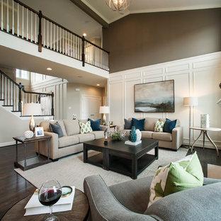Klassisk inredning av ett stort allrum med öppen planlösning, med bruna väggar, en standard öppen spis, en väggmonterad TV och mörkt trägolv