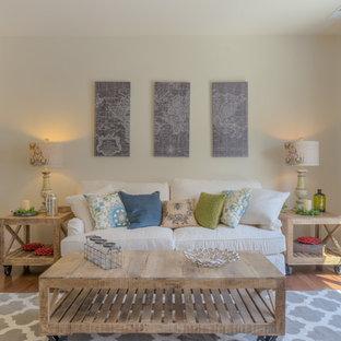 Idee per un soggiorno country di medie dimensioni e aperto con pareti beige e parquet scuro