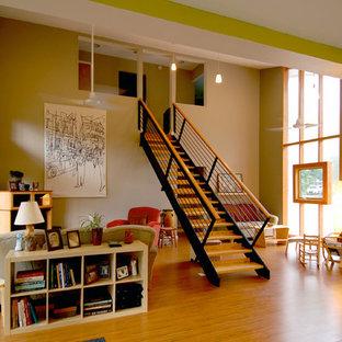 Ejemplo de salón tipo loft, actual, con suelo de madera clara