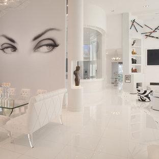 Modelo de salón actual con paredes blancas, televisor colgado en la pared y suelo blanco