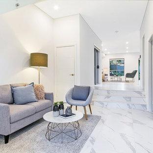 Imagen de salón para visitas abierto, actual, pequeño, sin chimenea y televisor, con paredes grises, suelo de mármol y suelo blanco