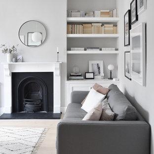 Imagen de salón cerrado, nórdico, pequeño, con paredes grises, suelo de madera clara y suelo blanco