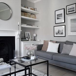 Foto di un piccolo soggiorno nordico chiuso con pareti grigie, parquet chiaro e pavimento bianco