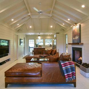 チャールストンの小さいビーチスタイルのおしゃれなLDK (白い壁、標準型暖炉、白い床、塗装フローリング、壁掛け型テレビ) の写真