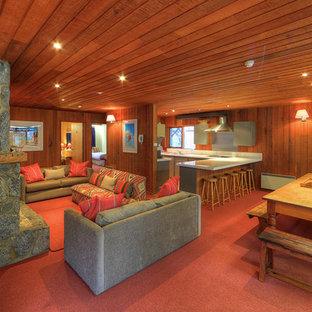Idee per un soggiorno stile rurale di medie dimensioni e aperto con camino classico, cornice del camino in pietra, nessuna TV, pareti marroni, moquette e pavimento rosso