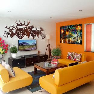 他の地域のエクレクティックスタイルのおしゃれなリビング (オレンジの壁、暖炉なし、壁掛け型テレビ、白い床) の写真