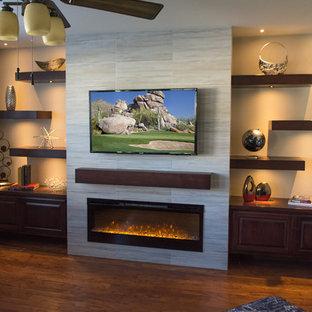 Foto på ett mellanstort funkis separat vardagsrum, med ett finrum, beige väggar, mörkt trägolv, en bred öppen spis, en spiselkrans i trä, en väggmonterad TV och brunt golv