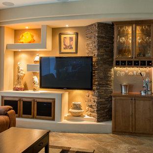 Esempio di un soggiorno classico di medie dimensioni e aperto con angolo bar, pareti beige, pavimento in travertino, nessun camino, TV a parete e pavimento beige