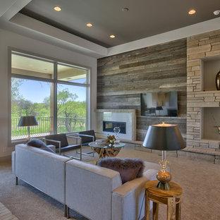 Ejemplo de salón abierto, minimalista, de tamaño medio, con paredes blancas, moqueta, televisor colgado en la pared y chimenea lineal