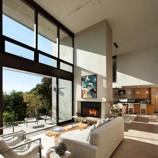 Ispirazione per un grande soggiorno minimal aperto con pareti beige, camino classico, nessuna TV e pavimento beige