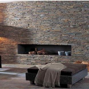 マイアミの大きいコンテンポラリースタイルのおしゃれなLDK (スレートの床、横長型暖炉、石材の暖炉まわり) の写真