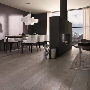 Esempio di un soggiorno contemporaneo aperto con pavimento in gres porcellanato, pareti viola e camino bifacciale
