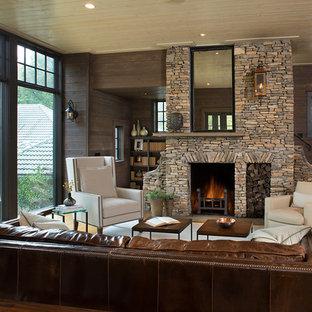 シャーロットの大きいトラディショナルスタイルのおしゃれなリビング (茶色い壁、淡色無垢フローリング、ベージュの床) の写真