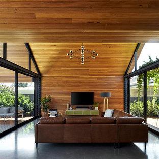 Idée de décoration pour un grand salon urbain avec un téléviseur fixé au mur.